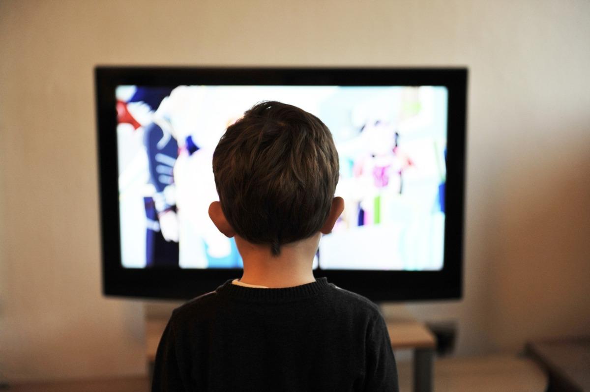 Saiba por que não é saudável bebê ver televisão até 2 anos de idade